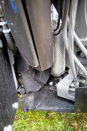 Okonventionell lösning. Dieseloxidationsfilter och SCR katalysator har av utrymmesskäl hamnat under förarhytten.