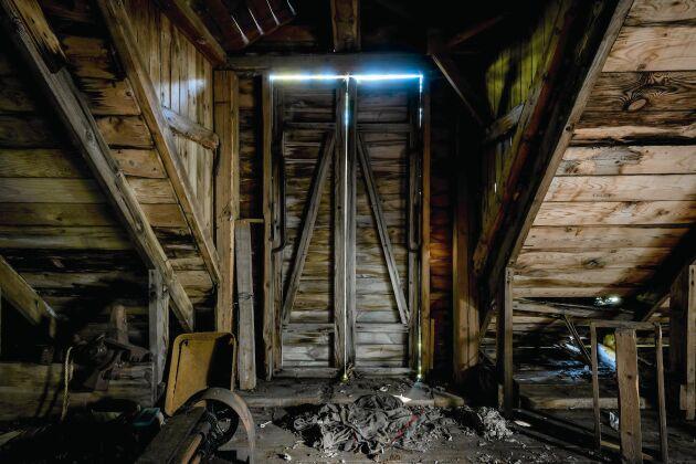 Kvarnfastigheten har stått obebodd i många år och saknar både el och avlopp.