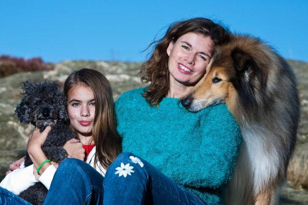 Jeanette tillsammans med dottern Patricia Bergenstav 13 år, collien Gizmo, 10 år, dvärgpudeln Kipper, 9 år.