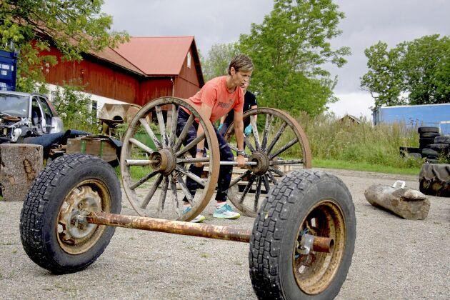Charlotte Berkefelt kör marklyft med 68 kilo vagnshjul.