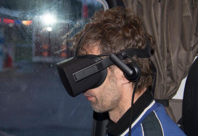 Mattias Johansson lastar timmer på bilen med hjälp av VR och kameror.