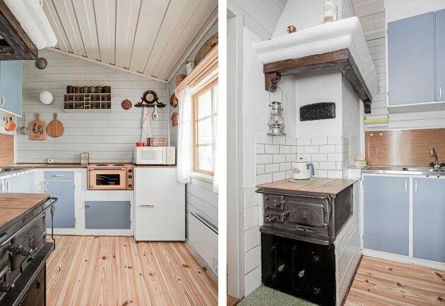 I ett av de två köken står en gammal fin vedspis.