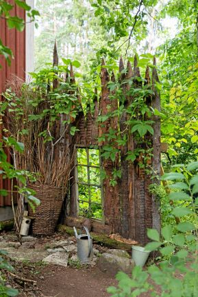 Utbakar kallas den yttersta delen av stockarna, som blir över på ett sågverk när det sågas brädor. Av dem snickrar Thomas lika vackra som effektiva staket.