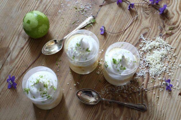 Servera äggtoddyn i portionsglas – ett enkelt knep för att lyxa till vilken dessert som helst!