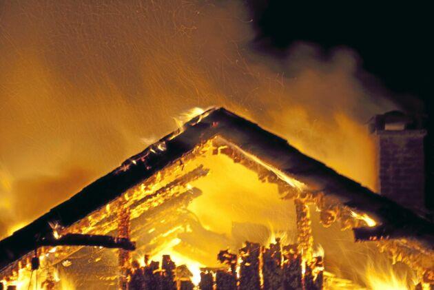 Lantbrukarfamiljens hus brann ner till grunden. Men en klausul i försäkringsbrevet gör att de inte får full ersättning.