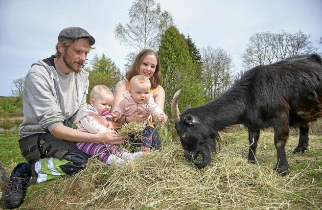Både Ola och Maria älskar djur och kan nu överföra sitt stora intresse till döttrarna Denise och Diana.