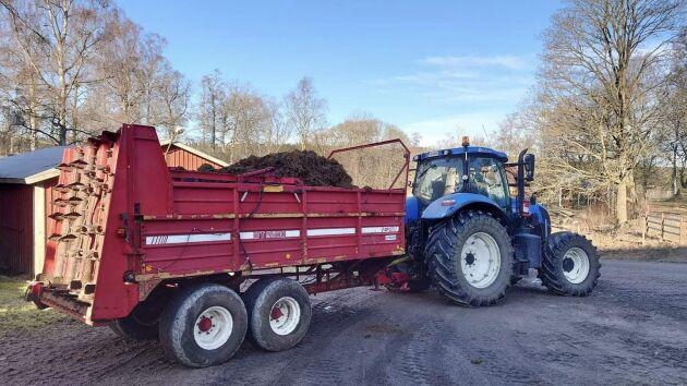 Första gödsellasset är på väg ut och det är 1 mars, berättar Michael Holmgren. New Holland-traktorn drar en JF ST9500.