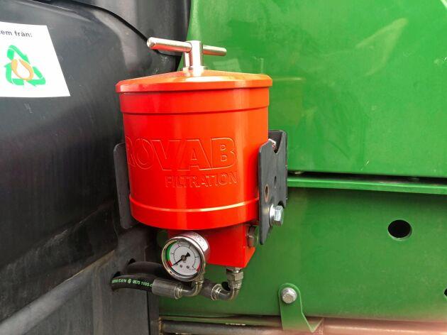 Oljefiltret är uppbyggt av cellulosa och renar oljan ner till två micron absolut.