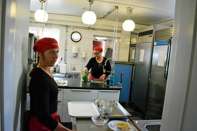 Helene Svensson och Paula Engström har en hel del att göra under lunchtimmarna. De blir intensiva timmar i köket när all mat ska tillagas. Ofta är det över 100 lunchgäster på en dag.