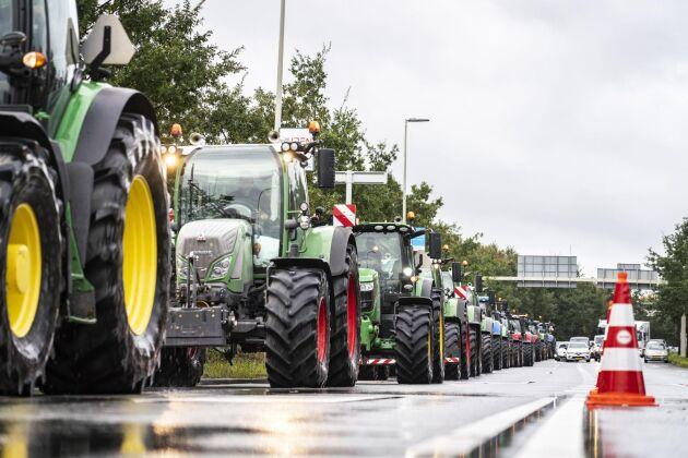 Enligt uppgifter i nederländsk media var tisdagsmorgonens trafikkaos med över 100 mil av köbildning det värsta i landets historia.