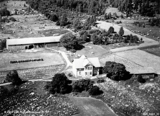 På det gamla fotot av gården syns de stora originalfönstren, som ställdes i ladan när moderna fönster sattes in på 1980-talet.