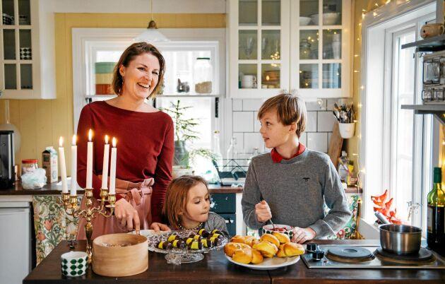 Julpyssel och julfika för första gången i familjens torp. Mamma Elin med Ella-Karin och Harry.