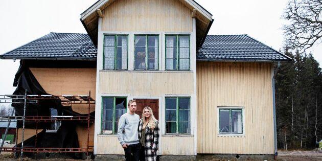 Ödehusräddning: Titta in i 24-åriga Johans och Emilias pampiga träslott!
