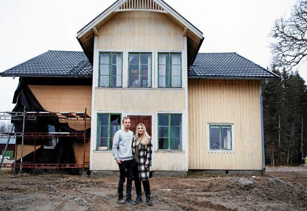 Johan Einarsson och Emilia Karlsson, båda 24 år, tog sig an detta pampiga ödehus på 280 kvadrat i värmländska Sörmark.