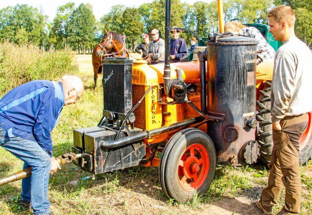 Arnold Johansson har konstruerat en hjälpstart från en annan traktor.