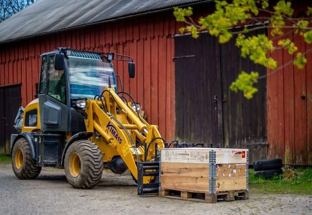 Det var inte självklart från början att det skulle stå en lastmaskin från Kina på gården. Tobias Eklind tittade länge på begagnade alternativ.