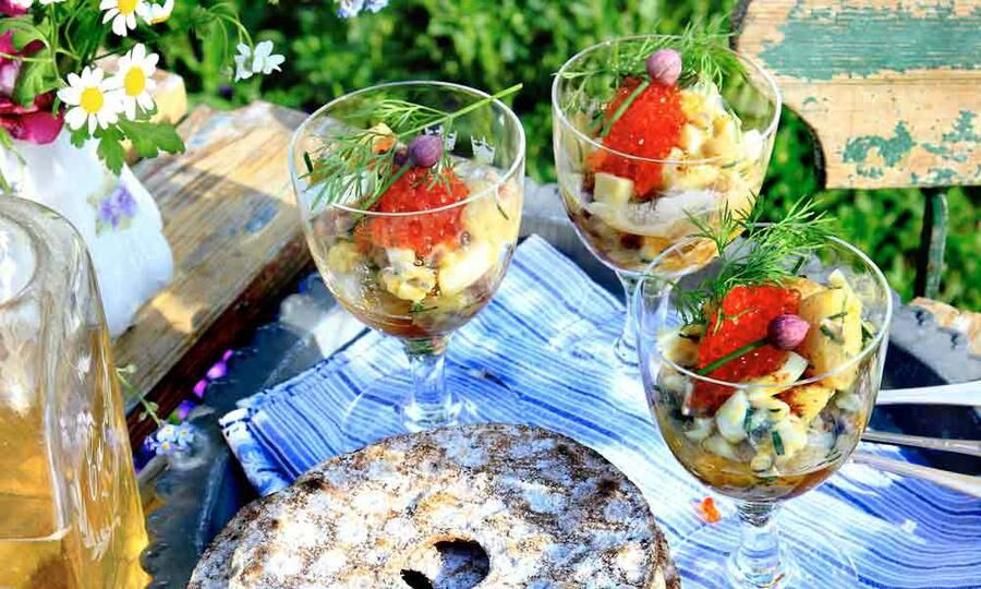 Färskpotatis, ansjovis och lök blir en sommardelikatess.