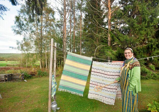 Petra njuter av att bo nära naturen. Hon hänger gärna upp mattorna för vädring.