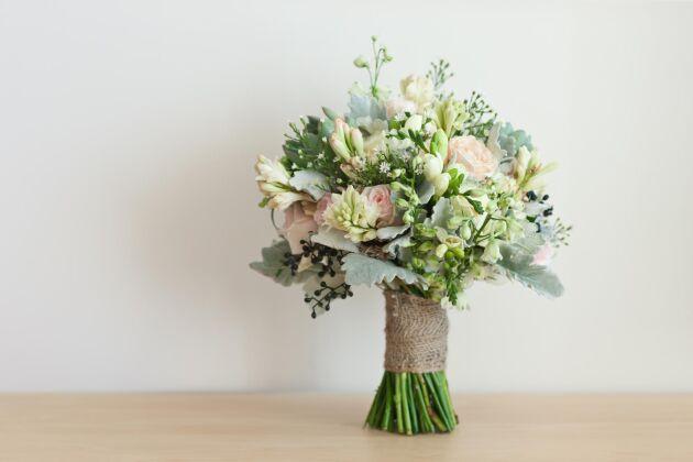 Alla material som andas vintage eller äkthet såsom linne och juteväv passar ypperligt bra till ett riktigt lantligt bröllop.