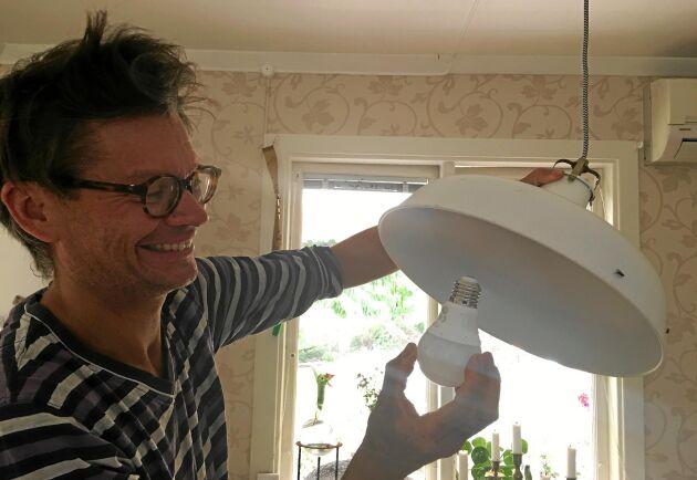 Henrik väljer lågenergilampor till lamporna i sitt hus. De sparar mycket energi.