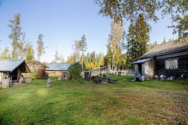 De flesta av husen på fäboden är omoderna, utom vinterhuset som har el och vatten och avlopp.