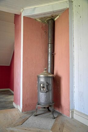I sonens rum på andra våningen står den rejäla järnkaminen kvar