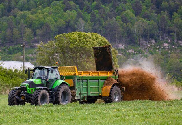 Normal slamgödsling bidrar inte med ytterligare mikroplastkoncentration i marken enligt en ny studie.