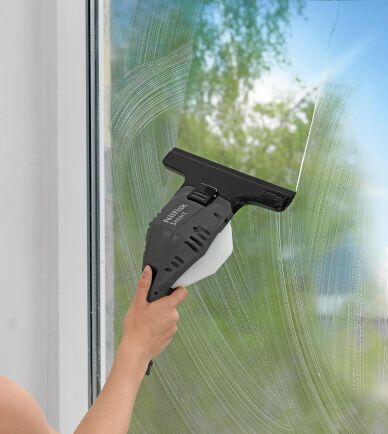Fönstertvätt har satt skrapa på en liten dammsugare, supersmart. Foto: Nilfisk.