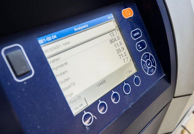 Test. All spannmål som kommer in i kvarnen analyseras för bland annat vatten, protein och gluten. Det är information som bagerierna sedan behöver.
