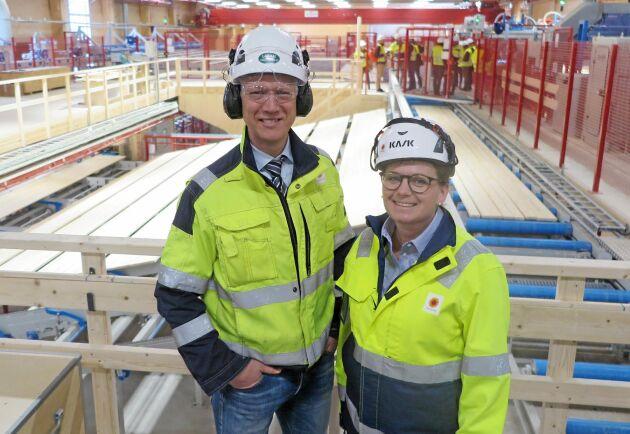 Maja Bergström, projektledare CLT-fabriken och Joakim Sveder, platschef på Stora Enso Gruvöns sågverk.