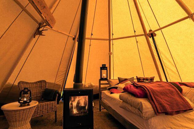 Bekvämt tältliv. Tältkåtorna liknar traditionella samiska lavvus, men är modernt inredda med riktiga sängar och värmande kamin.