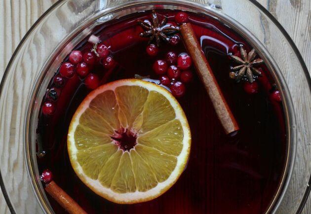 Lingondrickan kryddas av smaskiga saker som kanel och stjärnanis.