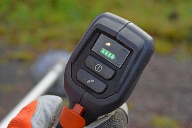 Med ett knapptryck startar röjsågen. Det syns också tydligt hur mycket laddning som finns kvar i batteriet.