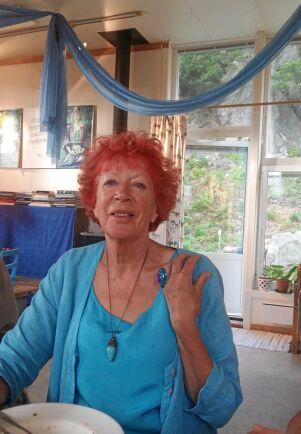 Ulla beskriver sig som ett färgsprakande yrväder vars livsuppgift är att blomma och inspirera andra.