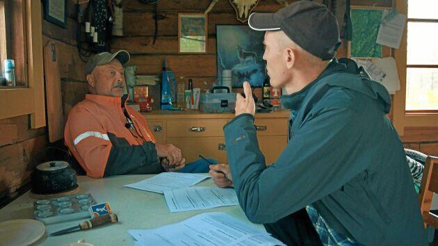 Björn samtalar med Storumanbon Leif, tillika Heidis farbror, som är en i teamet som ska göra orten till en av Sveriges mest klimatsmarta.