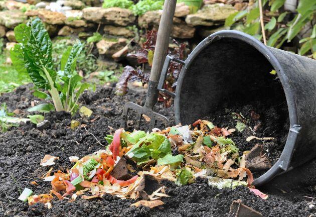 Ingen jord bildas i hinken. Det kommer när avfallet hamnar i landet.