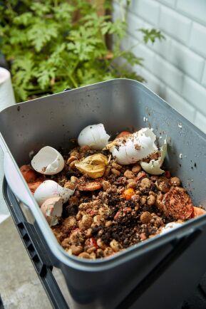 Bokashin, den fermenterade komposten i köket är en del av jordmakeriet!