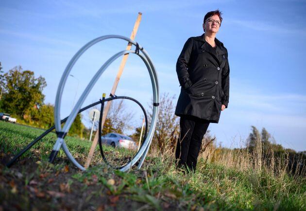 Gunilla Larsson i byn Esarp utanför Staffanstorp väntar fortfarande på sin fiberinkoppling.