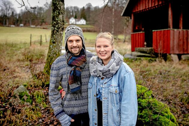 Henrik Wrangstedt och Lisa Wahle trivs med livet på landet. Grannens tvättstuga hyrs ut till nattgäster, och i det vita huset på kullen bor de själva samt tar emot kalasgäster i matsal och salong. Nästa säsong hoppas de kunna öppna trädgårdsbistro.