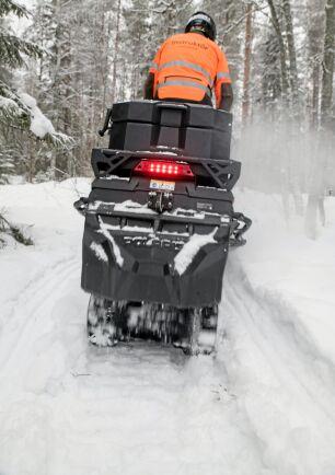 Så snart tjälen gått ner i marken och snön kommit kan man packa en kommande skotarväg för snöskoter eller fyrhjuling. Tänk på att köra dubbel spårbredd så kan även fyrhjulingen ta sig fram.