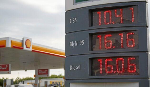 Bensinpriset kan påverkas med 5–15 öre om riksdagen, enligt ett förslag, säger ja till att ta bort det extra skattetillägget på bensin och diesel från den 1 juli.