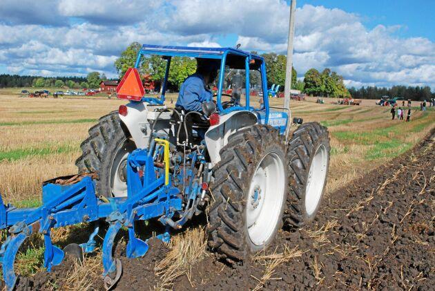 Lantbruksexpertisen på 1960-talet rekommenderade fyra lika stora hjul när allt högre motoreffekter och vikter på traktorerna skulle ned i marken. De stora hjulen fördelade vikten.