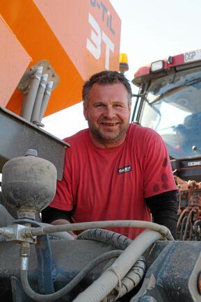 Växtodlaren Magnus Larsson gick över till plöjningsfritt för tio år sedan.