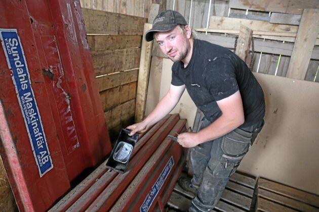 Christoffer Eriksson, mjölkbonde och råttbekämpare i Ör norr om Växjö visar var han lagt råttgiftet.