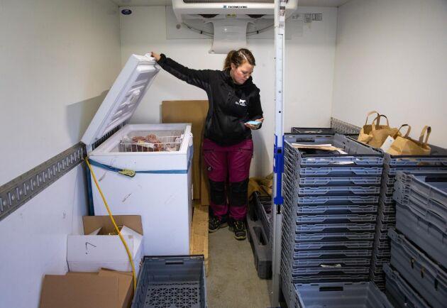 Förberedelser. Före utlämningen ska allt packas i påsar. Ida Baaring har mest färska produkter men vissa produkter är frysta.
