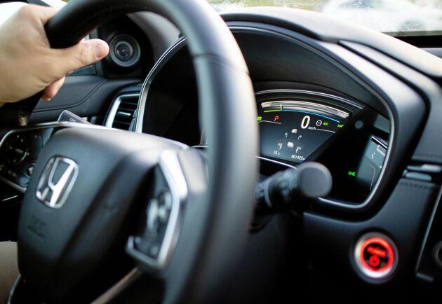 Paddlarna som sticker upp bakom ratten används inte till växling utan är till för att öka eller minska effekten av motorbromsverkan.