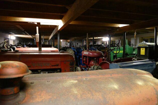 I Lars-Åke Stuhres samling finns dryg 40 veterantraktorer. Han minns hur varje traktor hamnat just hos honom och alla kommer också att få vara kvar.
