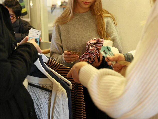 Att anordna en klädbytardag med sina vänner eller grannar är en bra insats för att minska på klädkonsumtionen.