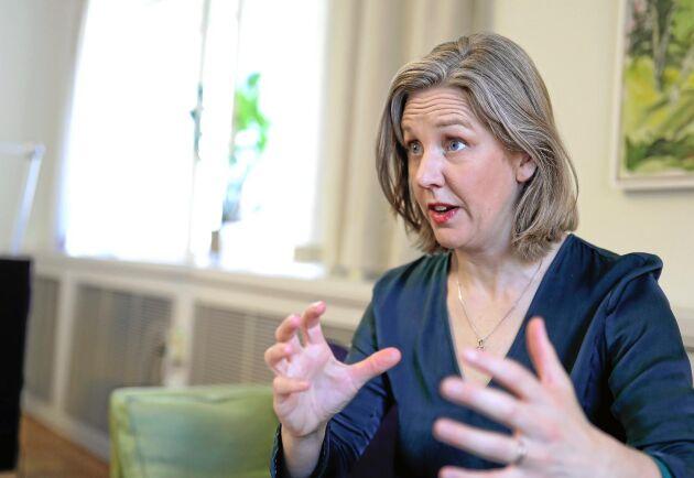 – Vi har tidigare tagit ställning till att hyggesfritt skogsbruk ska spridas generellt i Sverige, och har informationsinsatser riktade till privata skogsägare. Då är det en trovärdighetsfråga att vi också ger tydliga uppdrag till de delar där staten äger mark, säger Karolina Skog.