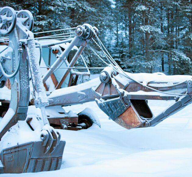 Vintervila på utomhusmuséet, alla maskiner är inbädda i snö.